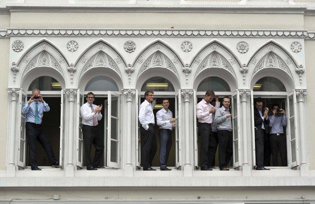 Uscire dagli schemi.  (Ennesimo miracolo Paralimpico: chi stava lavorando esce dalle finestre per assistere alla parata degli atleti inglesi).  PH. Tim Ireland