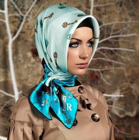 Foto : Gaya hijab Turki simpel dan sangat cocok untuk wanita karir atau kantoran.   Vemale.com, Halaman 4