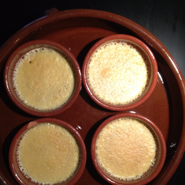 Från ugnen, hybrid creme brule/creme catalana, citron/apelsinskal + vaniljstång. Bäst hittills enligt Wille.    http://www.recept.nu/nigella_lawson/_/_/creme_brulee/