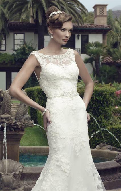 Magnifique robe de mariée Neuve de la marque Casablanca Bridal (grande marque de qualité -voir leur site) Robe tout en dentelle qui couvre le décolleté devant et un dos nu brodée des cristaux Swarovski à la taille et sur les épaules. Couleur ivoire clair,