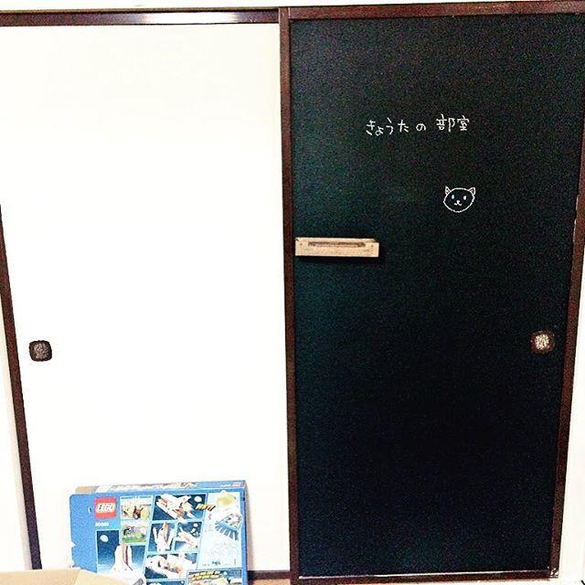 子供部屋のふすまを黒板仕様ににしました。 磁石もくっつくよ(∀ )三 三( ∀) #子供部屋 #黒板塗料 #チョークボードペイント #マグネットペイント #セルフリノベーション #セルフリノベ