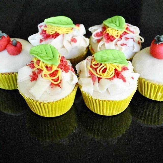 Italian Inspired Cupcakes ✌🏻️🇮🇹 How about some spaghetti cupcakes? 🇮🇹 #kimberlandcupcakes #cupcakes #yummie #sintniklaas #pastry #pastrychef #italy #labellaitalia #zoetezonde #dessert #homemade #diy #verjaardag #verjaardagscupcakes #birthdaycupcakes #spaghetti #tomatocupcakes #soflair #zovijf #njam #instafood #instacupcake #sugarart #marsepein #tiensesuiker