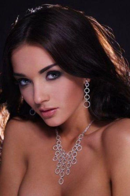 photo story: sizzling topless beauty on magazine