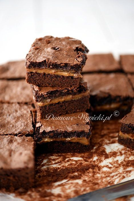 Mocno czekoladowe, wilgotne ciasto, a pośrodku słodka, ciągnąca się masa krówkowa. Świetne połączenie. Masa krówkowa bardzo dobrze smakuje w połączeniu...