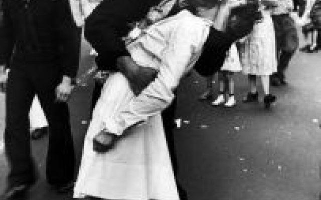 Greta Friedman il suo famoso bacio che celebrò la fine... L'infermiera Greta Friedman muore 92 anni. A l'epoca dei fatti la ragazza aveva 21 anni, quando fu immortalata a Times square, a dare un bacio ad un marinaio. Questo gesto di pochi secondi celebrò la #bacio #gretafriedman #guerra