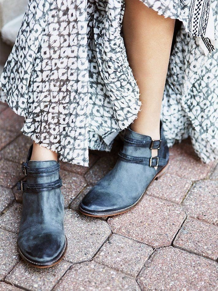Maxi skirt and ankle boots: keep in the same color palette for added chicness