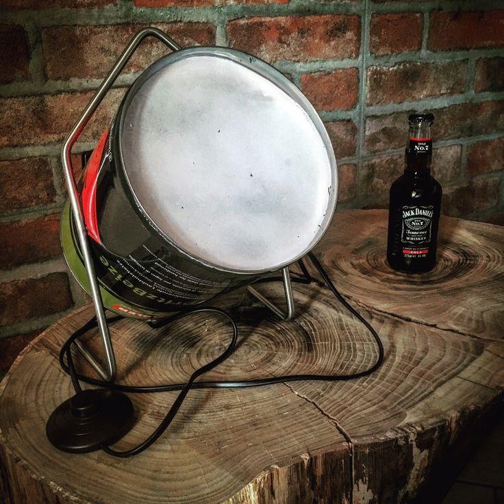"""Evoluzione della lampada Cannone 1.0. La parte centrale della lampada è la medesima ovvero una latta di vernice, la struttura che la sostiene invece è un tondino in acciaio inox piegato ad """"hoc"""" che permette l'appoggio a terra e solleva la latta dal pavimento. la parte frontale è un foglio spesso 3mm di plastica verniciata di bianco per dare l'effetto di vetro satinato e creare un fascio di luce molto particolare."""