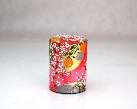 Dit is een handgemaakte item waarin ik traditionele Japanse Washi papier gebruikt laten teruglopen rond de bus. Het is een schattig Kawaii bus die u kan het best gebruikt voor het opslaan van theebladeren, koffie poeder, thee poeder of specerij. Dit ontwerp voor een papieren Washi is een van de vele die ik heb mezelf. Gelieve te controleren mijn andere aanbieding voor meer ontwerpen.  De bus is gemaakt van staal, en kan daarom niet worden gebruikt schoon met water of natte handdoek.  Dit is…