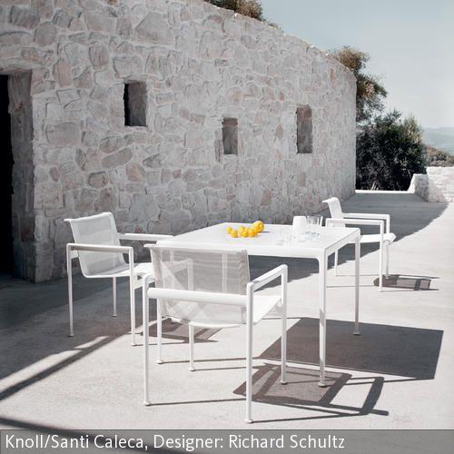 Neben einer dicken Mauerwand aus Naturstein wirken weiße Gartenmöbel aus Materialien wie Aluminium und Kunststoff besonders kontrastreich und vermitteln ein…
