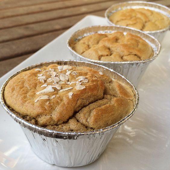 ♡♡♡♡¡Deliciosos muffins altos en proteínas   INGREDIENTES (6-8 unidades): – 50gr de harina de avena sabor Cookies&Cream de la marca MaxProtein que podeis comprar AQUI y usando el código LORENAONFITP tendréis un descuento en la compra – 4 claras (140ml aprox.) y un huevo entero – Yogurt desnatado 0% sabor limón – 1 cucharadita de levadura – Copos de avena completos para decorar (o podeis substituirlo por algun fruto seco, aunque variará su valor nutricional) – Moldes de aluminio del tamaño…