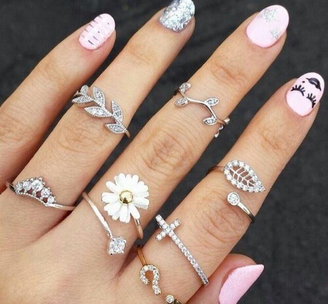superbe couleur ongle mais se que je préfère dans cette main se son les bagues que sommes obliger de remarquer. Malgré que je trouve cette main très belle en photo je trouve que le tout se remarque un peu trop donc je me porterais probablement pas sa dans la vie de tout les jours