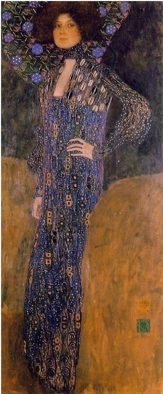 구스타프 클림트 [에밀리 플뢰게의 초상],  빈 아르누보의 대표적 화가 구스타프 클림트는 틈날 때 마다 패션 디자인과 직물 문양 디자인을 하여 그가 사랑했던 여인 에밀리 플뢰게가 운영하던 부티크점 운영을 도왔다.   클림트는 총 4번 에밀리를 그렸는데 이 작품이 클림트가 그린 마지막 에밀리 작품이다.   바닥까지 흘러내리는, 푸른빛이 도는 자주색 드레스와 평면적이고 기하학적인 문양이 돋보인다. 목에 두른 천 때문인지 작품 속 에밀리의 신체를 꽉 죄고 있는 듯한 느낌이 든다.   실제로 정작 그녀는 그림 속 자신이 입은 드레스(그녀의 직업은 패션 디자이너였다)와 클림트의 다른 그림들과 확연히 차이나는 단조롭고 칙칙한 배경을 마음에 들지 않아 했다고 한다.