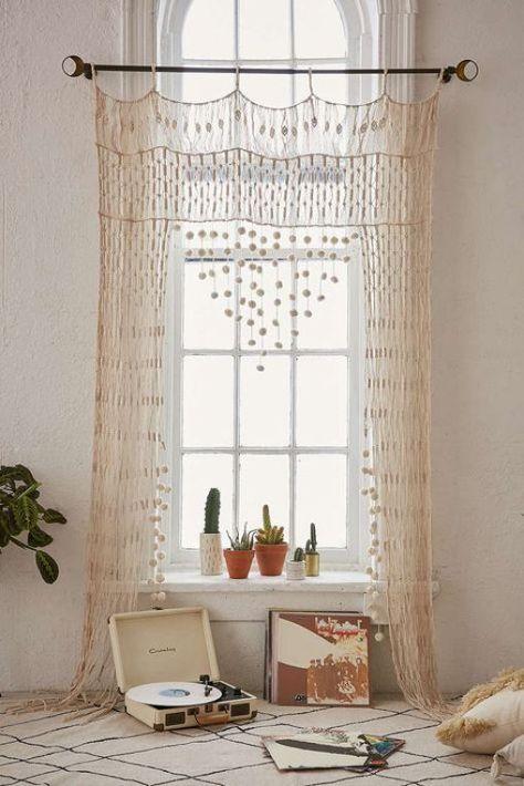 Magnifique rideau pour cette hauteur de plafond donnant tout ce cachet à cette chambre