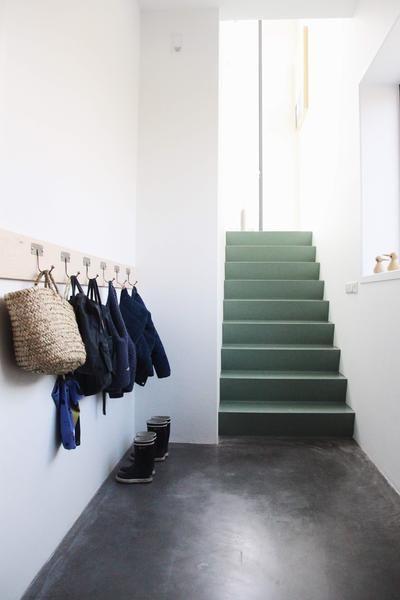 pièce attenante appart : béton ciré / escalier couleur