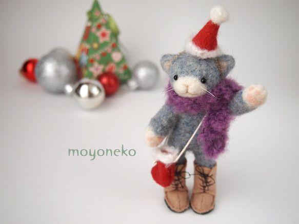 クリスマスの帽子をかぶり、パープルのマフラーとブーツの形のポシェット、ベージュのブーツでおめかしした羊毛フェルトの青いねこです。鼻の周り、手先、尻尾の先は白で... ハンドメイド、手作り、手仕事品の通販・販売・購入ならCreema。
