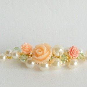 Bruids-collier-met-ivoorkleurige-glasparels-en-perzikkleurige-roosjes