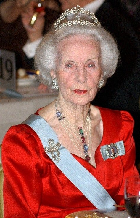 According to her memoirs, which were published in 2000, the late Princess Lilian of Sweden has left her laurel wreath tiara (which was once owned by Crown Princess Margaret of Sweden) to her great-niece, Crown Princess Victoria.