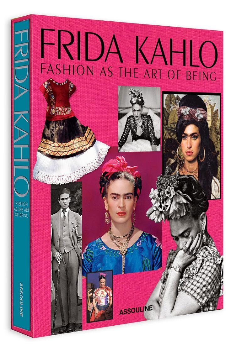 Frida Kahlo visionaria moda libro assouline....Defendió el estilo andrógino. En un momento en el que la moda apuesta por presentar en un mismo desfile las colecciones masculinas y femeninas, desdibujar los límites entre el armario de ambos sexos y crear colecciones unisex, vale la pena repasar el archivo fotográfico de Kahlo y reivindicarla como icono de la androginia. Más allá de sus coloridos vestidos y delicadas flores, la artista, que era bisexual, vistió en varias ocasiones trajes de…