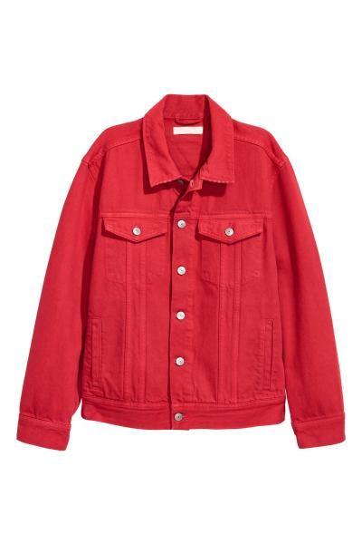 Een jack van gekleurde denim met slijtagedetails. Het jack heeft een kraag, een knoopsluiting voor, borstzakken met klep en knoop, steekzakken, een verstelb