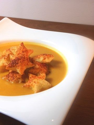 Wortel pompoensoep met sterretjes / carrot and pumpkin soup with puff pastry stars - recept