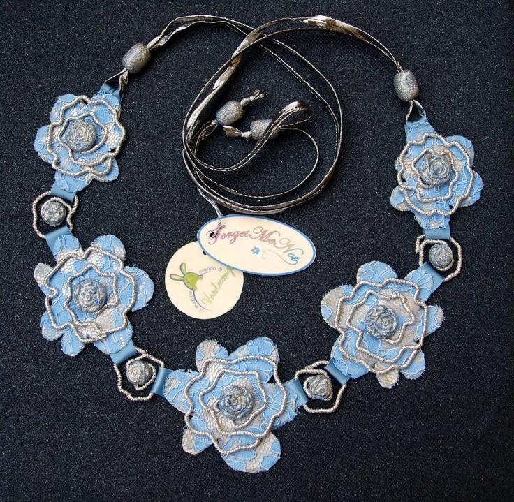 LUBNA  collana in pizzo tinto azzurro con elementi in filo metallico ricoperto di lurex e pasta sintetica