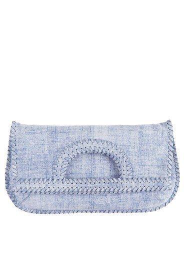 Diane Von Furstenberg - Leinen-Handtasche - Jeans - Jeans-Accessoires - Wir sind einfach fasziniert von dieser hellblau verwaschenen Leinen-Clutch mit Jeans-Optik. Ob am Griff getragen oder unter die Schulter geklemmt: Diese Tasche von Modegöttin Diane Von Furstenberg ist praktisch...
