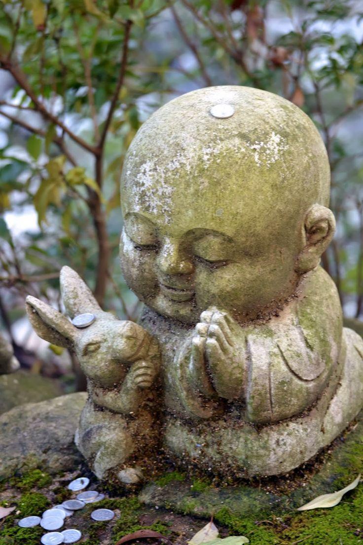 Statuette d'un moine et d'un lapin dans l'île de Miyajma, Japan.