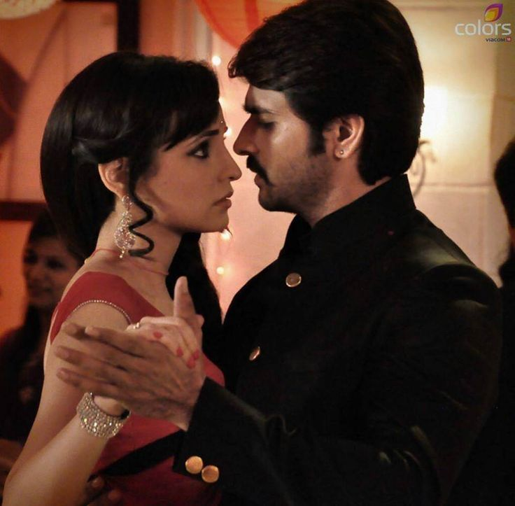 Rudra & Paro share an eye lock as they partake in their first dance as man and wife. #Rangrasiya