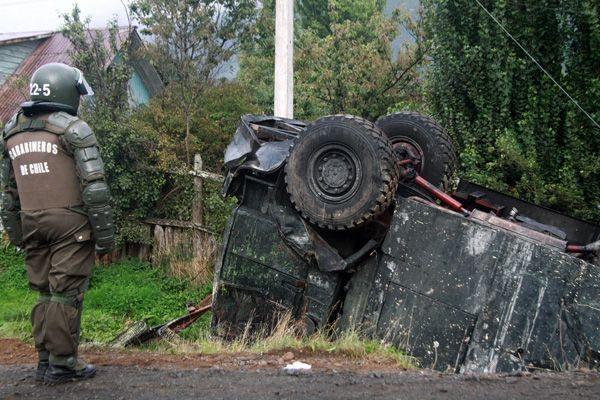vehiculo represor sufre accidente al tratar de emboscar a manifestantes.