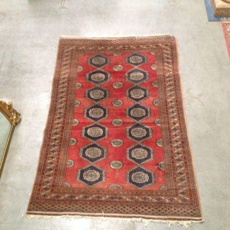tapis d'orient fait main motif Rosalie , couleur dominante rouge bleu . XX siècle .
