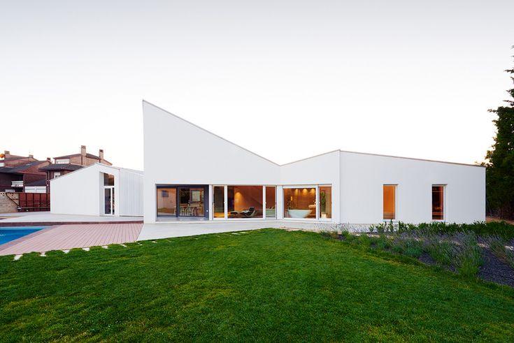 Diseñada por el estudio zaragozano de David Martínez, Tangram, la Casa Sisallete está ubicada en el municipio de Cadrete, a 12 kilómetros de la capital de la provincia. La vivienda unifamiliar está definida por el solar donde está situada, amplio y...