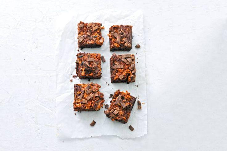 Royaal genieten met knapperige vlokken in deze brownies. Door de pindakaas met stukjes pinda extra lekker - Recept - Allerhande