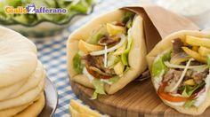 Il gyros, tipico cibo di strada greco. Mi ispira molto questo simil kebab. Non deve essere neppure particolarmente difficile farlo in casa.