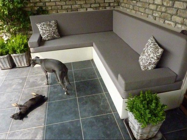 Lounge zetel gemaakt uit pallets en daarvoor een triplexje en alles schilderen, mousse op maat snijden en kussenhoesjes naaien en klaar :)