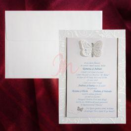 Invitatia alba este atasata de o folie de plastic transparenta, imprimata pe margini cu design floral. Cele doua sunt prinse printr-un fluturas decupat. Elementele au accente argintii. Plicul este inclus in pret. #invitatie de #nunta #mirese #miri #invitatii #elegante #originale