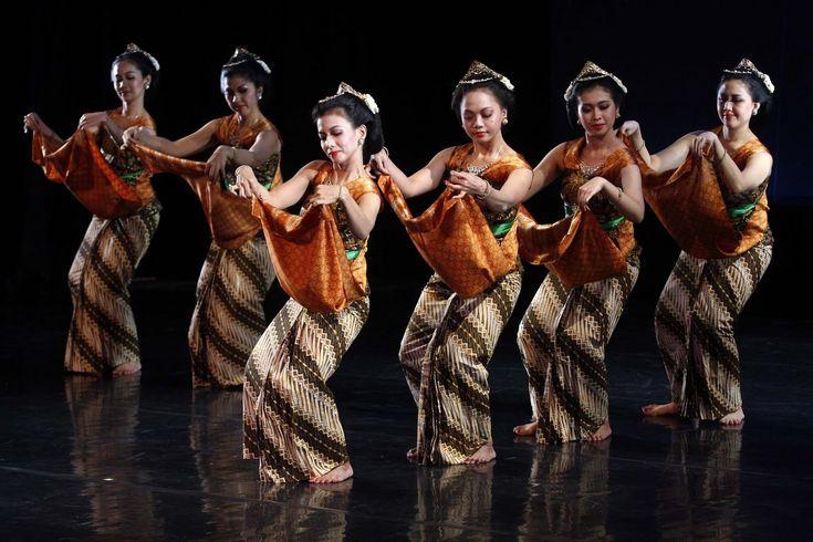 Javanese Dancers - http://www.prayingforindonesia.com/ethnic-groups/the-people-of-java/who-are-the-jawa-mancanegari/