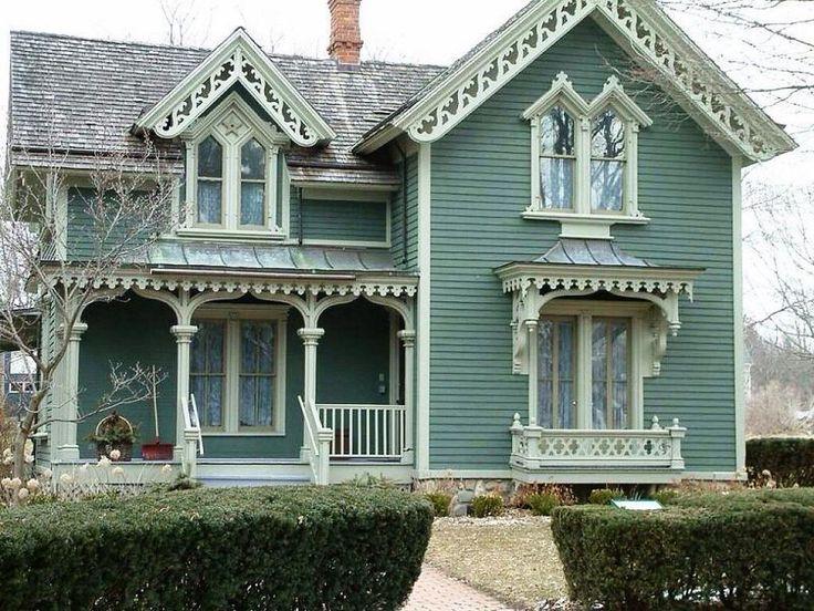 Вариант сайдингового загородного дома синего цвета в деревенском стиле с ограждением