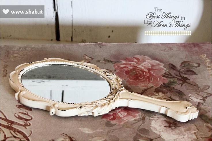 The Shabbiest Mirror Ever met!  Si tratta dello specchio più shabby del mondo ♥    SPECCHIO SHABBY CHIC CON MANICO  Dosponibile nel negozio online di Shab:  http://www.shab.it/it/the-shop/prodotti/specchio-shabby-chic-con-manico-14587  Prezzo: 14,70 euro