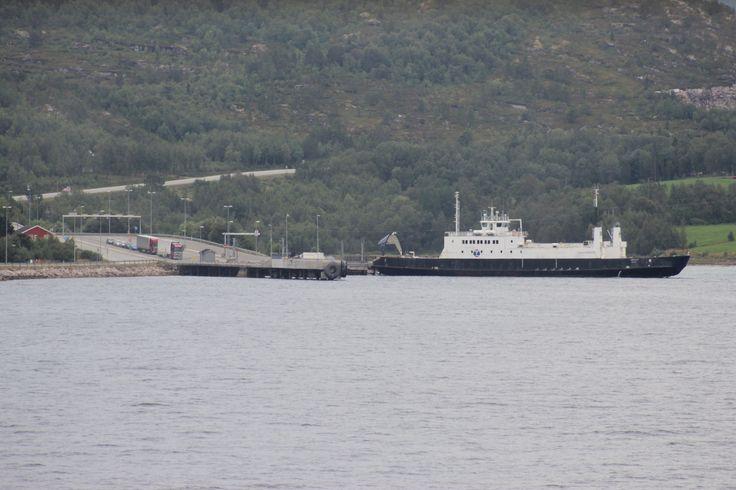 Lødingen ferja utenfor Bogenes i Tysfjord.