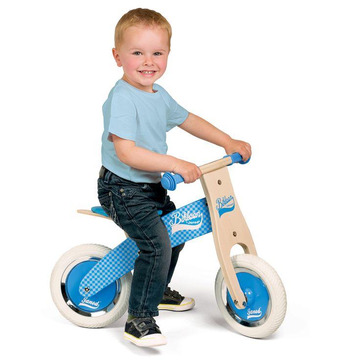 Drevené odrážadlo Little Bikloon Janod je krásna hračka z dreva vhodná pre deti od 2 do 4 rokov. Výška rúčky je 51 cm, výška sedadla sa dá pohodlne nastaviť na 32-35 cm a jeho celková dĺžka je 70 cm. Nafukovacie kolesá zaistia hladkú a pohodlnú jazdu, pretože sa prispôsobia rôznym povrchom.