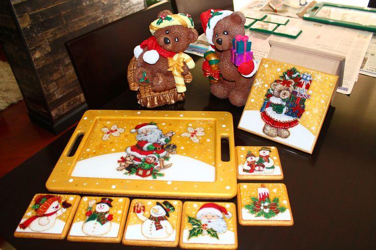 Combo Navideño - 150.000!!!! Incluye: - Juego de osos navideños en cerámica. - Bandeja en madera resinada decorada a mano. - Seis portavasos Navideños resinados. - Servilletero en madera. El color de la bandeja, portavasos y servilletero a gusto del cliente!