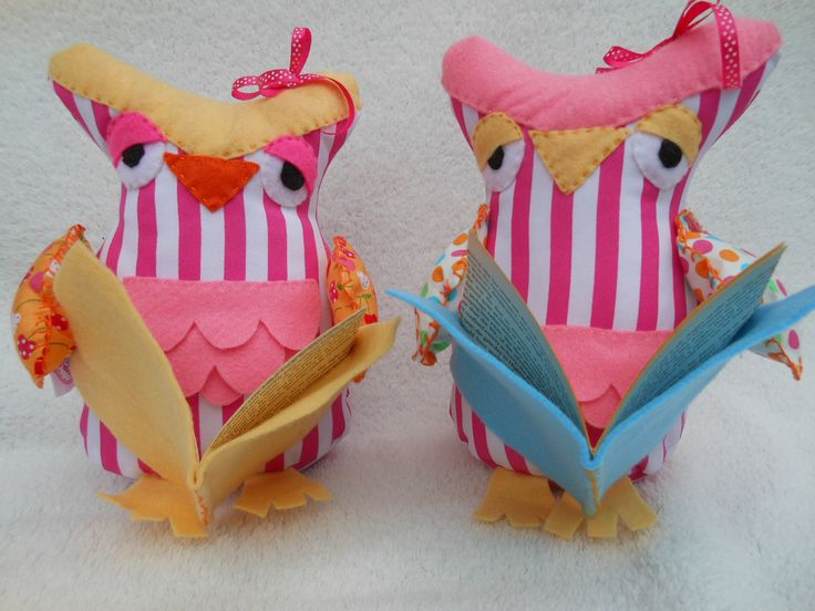 Two dreamy looking owl doorstops reading books