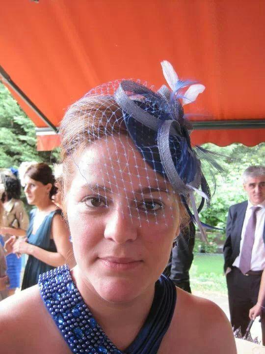 Vanessa guapisima con tocado de sinamay en azules