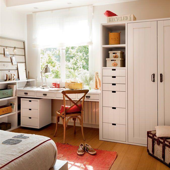 Dormitorio juvenil con escritorio bajo la ventana y corcho para colgar fotos