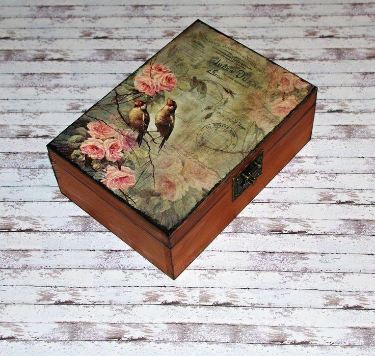 Romantická+truhlička+s+ptáčky+a+růžemi+Dřevěná+krabička+o+rozměrech+cca+24x17+cm+a+výšce+9+cm.+Krabička+je+lazurovaná+-+odstín+kaštan,+ozdobená+technikou+decoupage+(rýžovým+papírem),+lehce+patinovaná+a+doplněná+ozdobným+zapínáním.+Následně+přetřena+lakem+s+atestem+na+hračky.Uvnitř+nechána+přírodní.