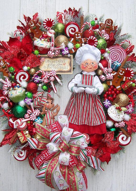 Corona de navidad con temática de la Sra. De Santa horneando galletas de jengibre. #DecoracionNavidad