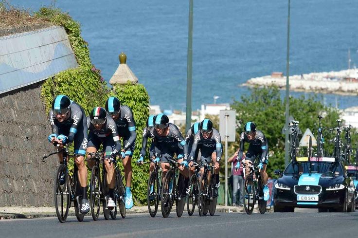 Ischia, 5 maggio 2013 – Il Team Sky Procycling ha vinto la seconda tappa del Giro d'Italia, la cronometro a squadre dell'Isola di Ischia. Al secondo posto si è classificata la Movistar della Maglia Azzurra Visconti e al terzo l'Astana di Nibali.