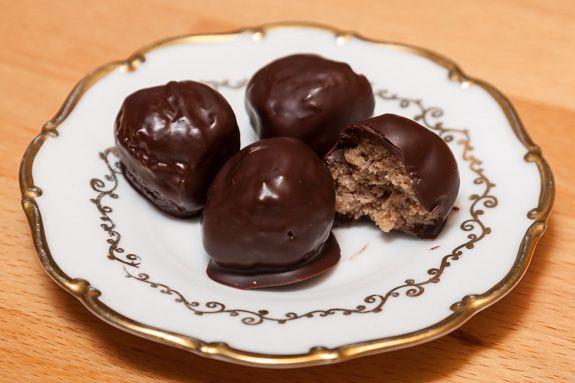 Magyar Elek szakácskönyvében találtam ezt az egyszerű receptet. Eredetileg csokoládé darába kell beleforgatni a golyókat, azonban én inkább...
