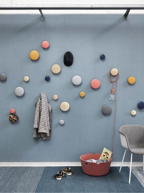 Deze hal is gestyled met producten van Muuto. De Dots wandhaken op de muur gaan al een aantal jaar mee maar zijn nog steeds super leuk!