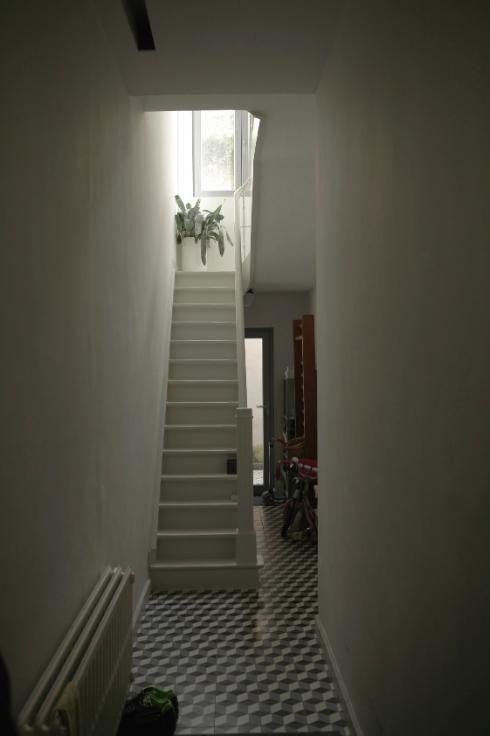 Prachtige gang => tegels vloer + geschilderde trap